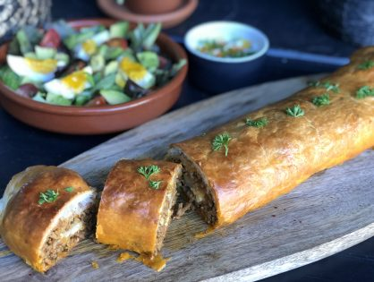 bladerdeeg gevuld met pittig gehakt en kaas