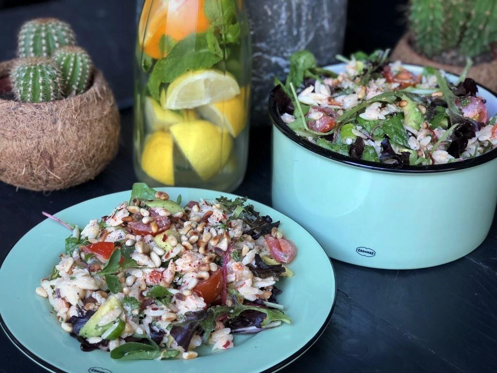 Orzo salade met gerookte zalm - Familie over de kook