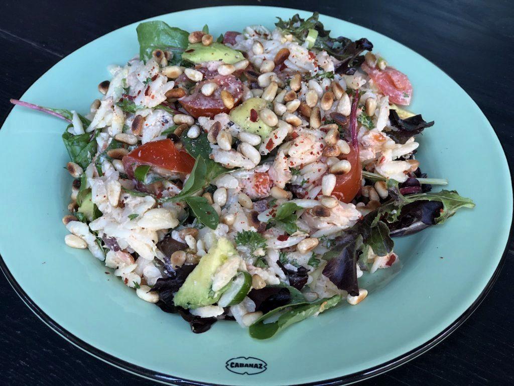 recept Orzo salade met gerookte zalm, avocado, tomaatjes, pijnboompitten en roomkaas