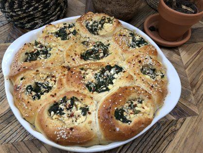 zachte broodjes gevuld met spinazie en fetakaas