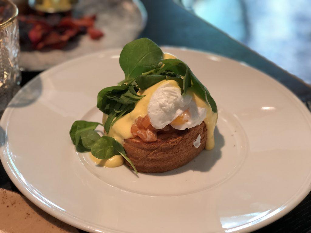 restaurant review Brooks in Amsterdam: gepocheerde eieren met zalm en Hollandaise saus