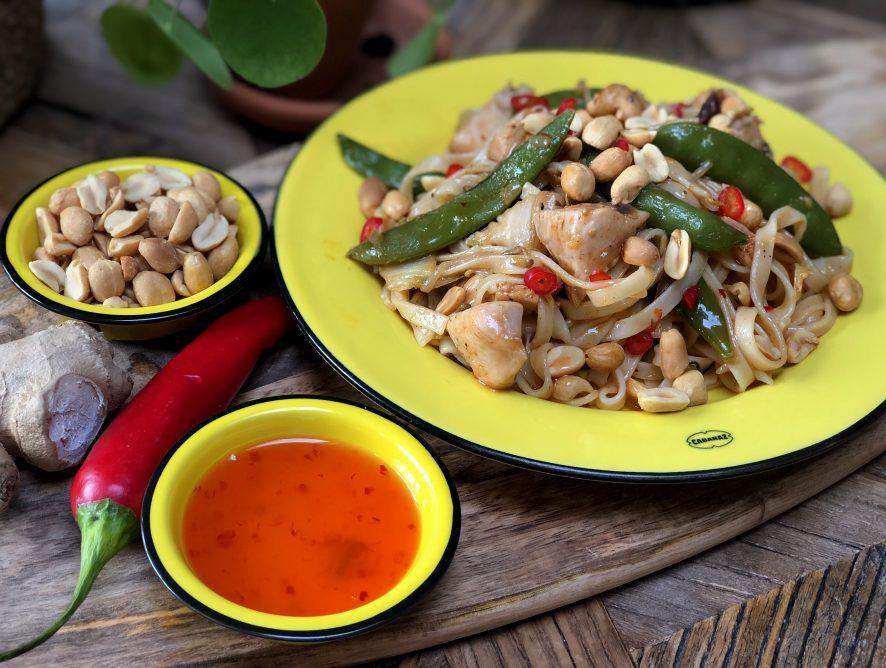 bami met kip en groenten in een zoet pittige saus