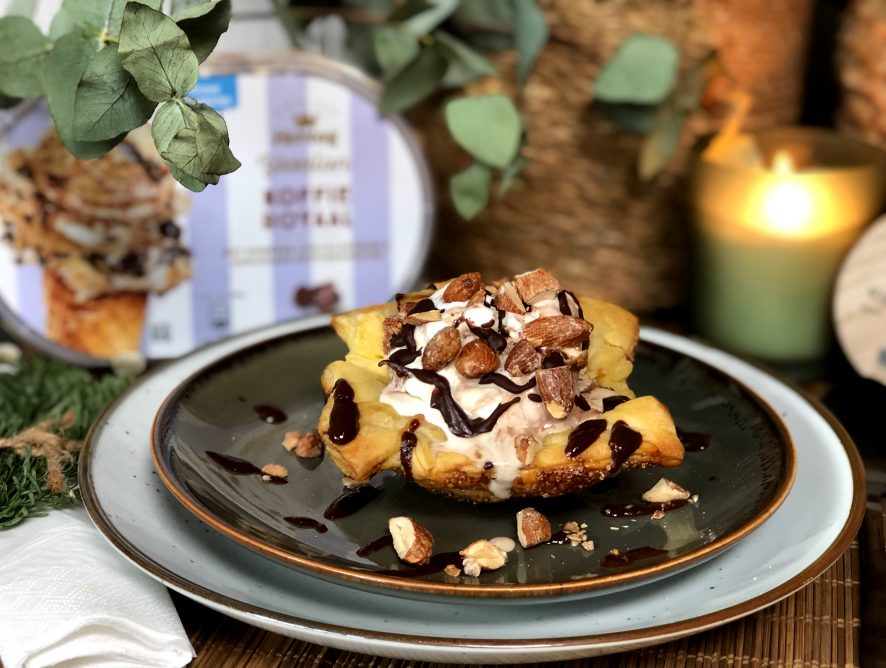 Simpel Kerstdessert: bladerdeegbakje met ijs en chocoladesaus