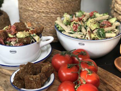 gezonde pastasalade met avocado, tomaat en spek