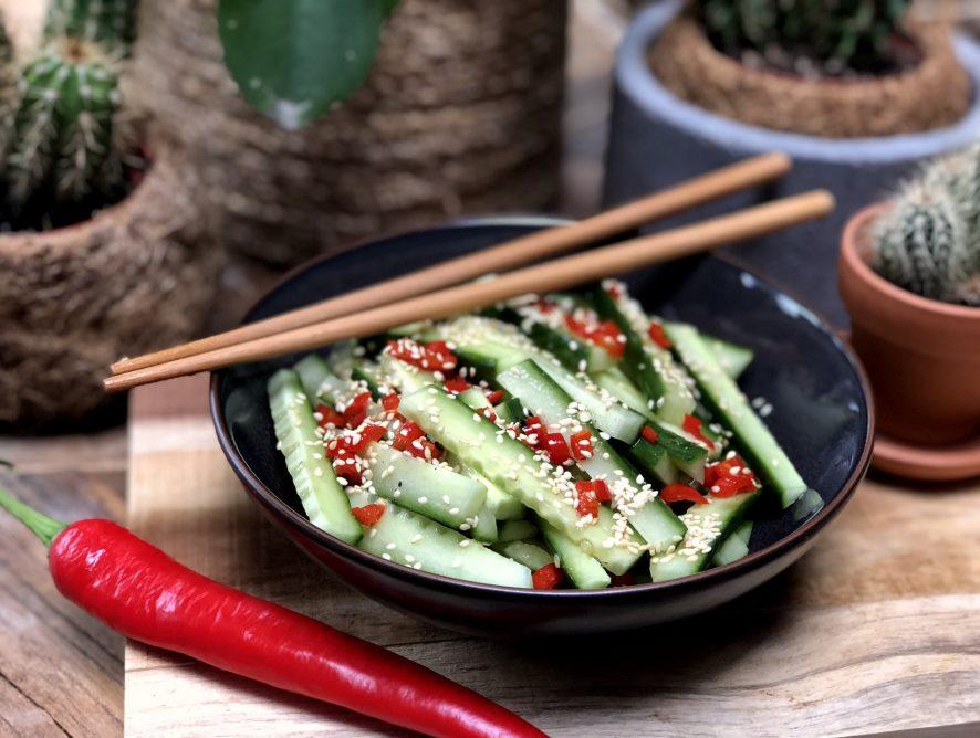 zoet zure komkommer salade met rode peper