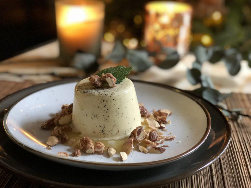 recept zelf panna cotta maken met verse vanille, appelmoes en krokante amandelen.