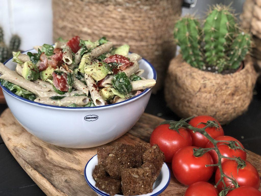 recept gezonde pastasalade met avocado, tomaat en spek maken.