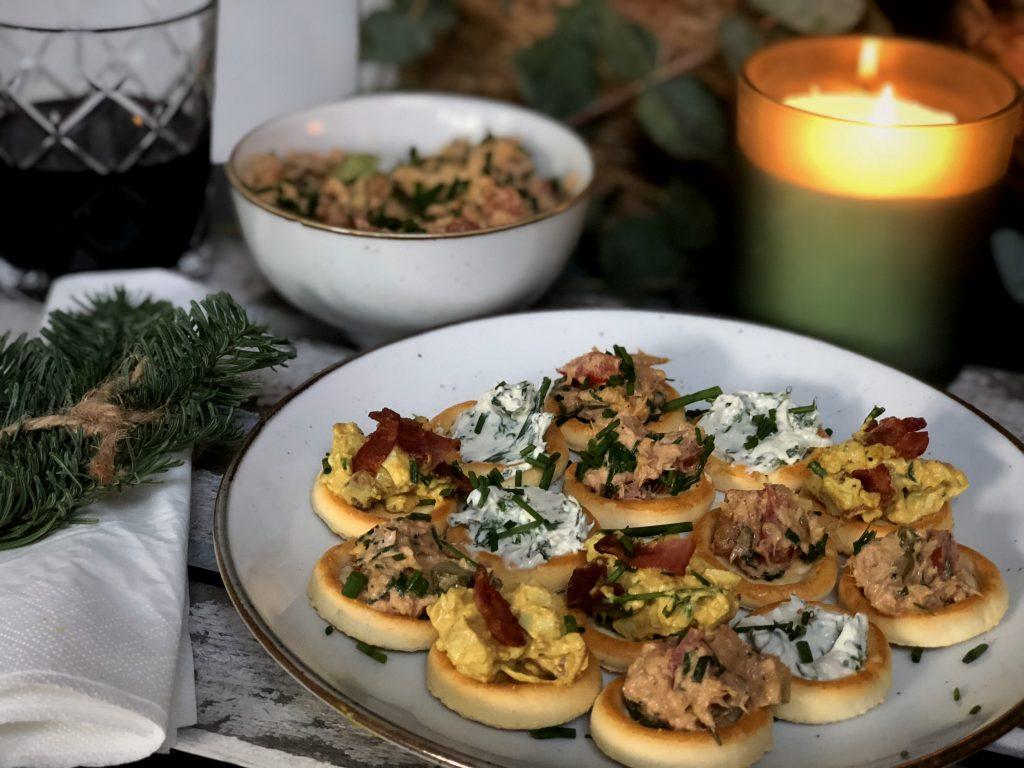 recept eiersalade met krokant gebakken spek, zelfgemaakte kruidenroomkaas en tonijnsalade
