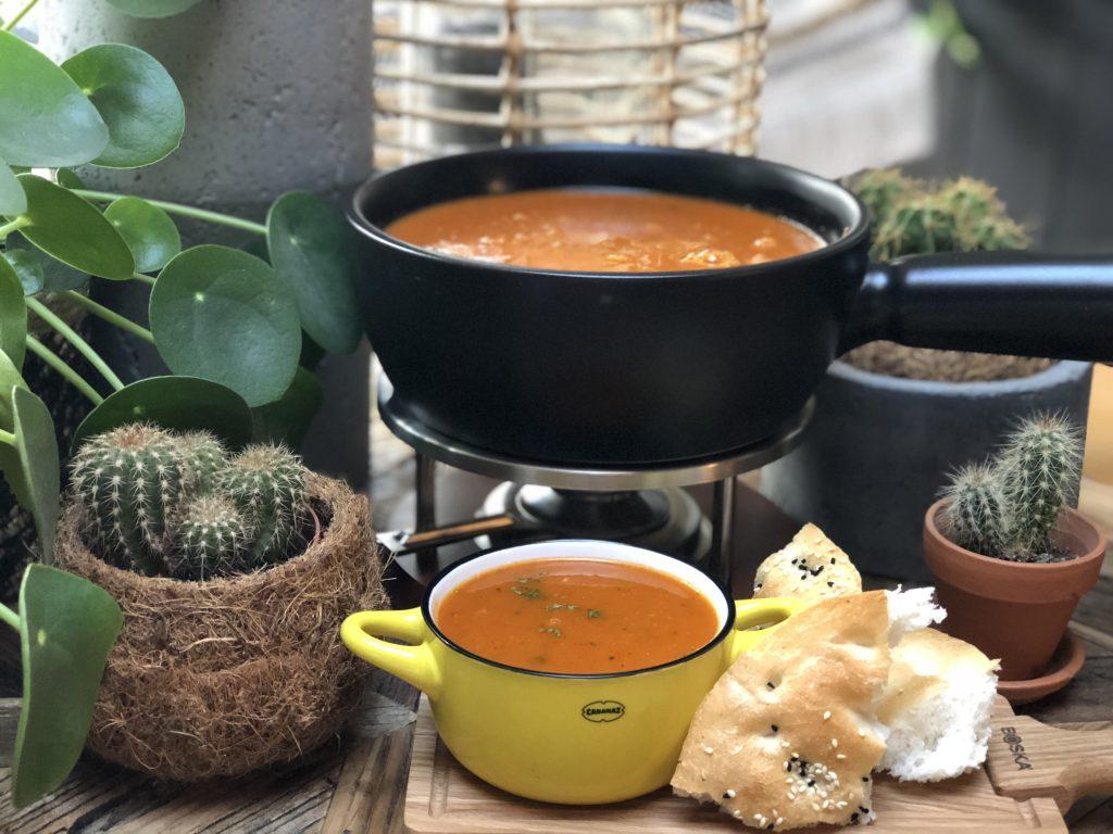 recept puntpaprika soep met tomaat. pittig en zoet tegelijkertijd.