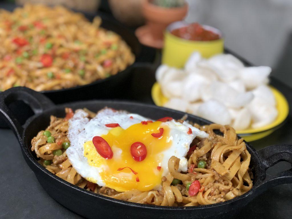 Bami met pittig gehakt, gebakken ei en rode peper. Recept is makkelijk thuis zelf te maken.