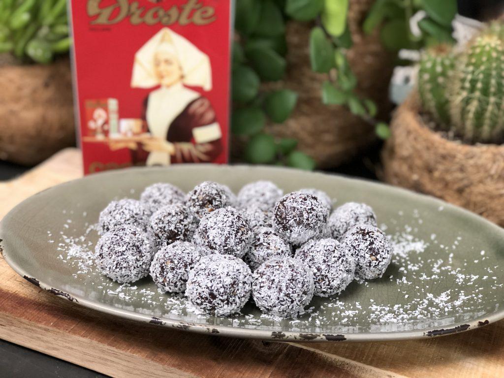 recept om zelf dadelballetjes te maken met nootjes, cacao en kokos. Gezond snoepen dus