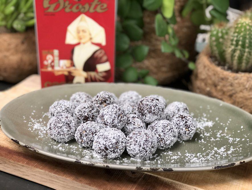 dadelballetjes maken met cacao, nootjes en kokos