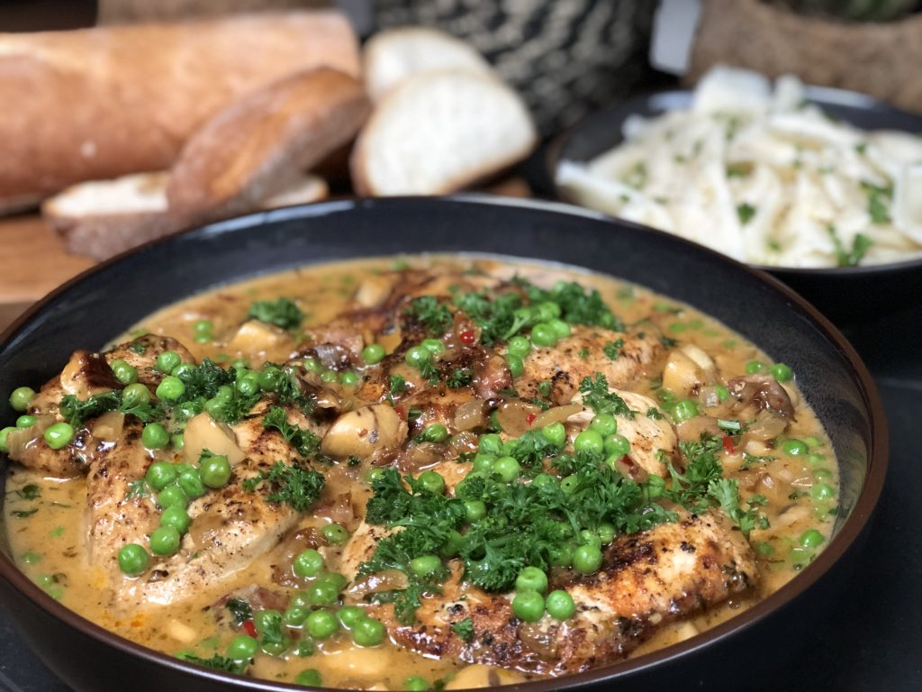 kip in champignonroomsaus: kruidig recept - Familie over de kook