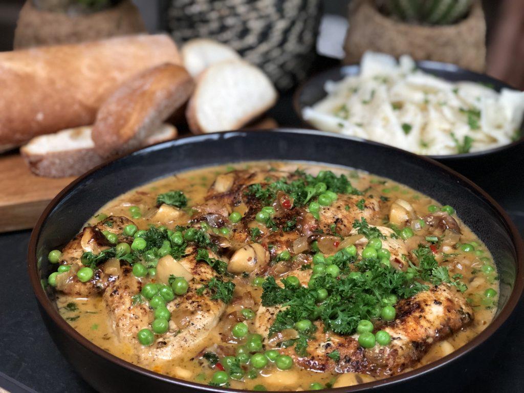 Thuis bij Familie over de Kook: recept kip in kruidige champignonroomsaus