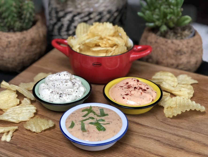 pittige sriracha dipsaus voor bij chips