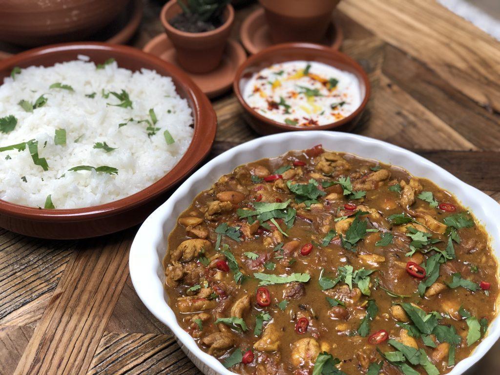 recept zelf Indiase kip korma maken met rijst, Naan en frisse yoghurtdip. Zonder pakjes en zakjes.