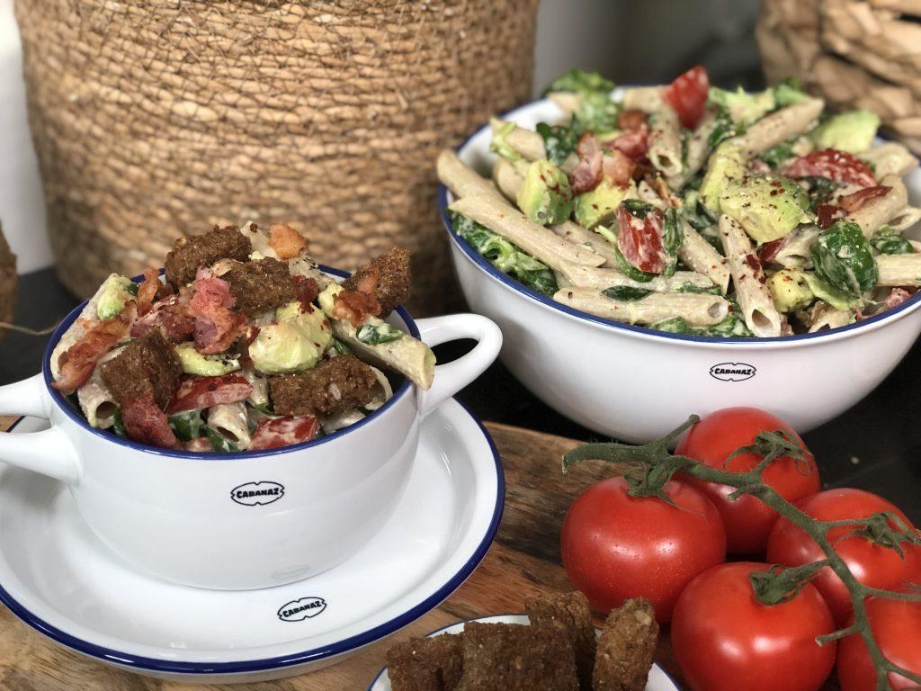 volkoren pastasalade met volkoren penne, avocado,tomaat,spek en pittige brood croutons.
