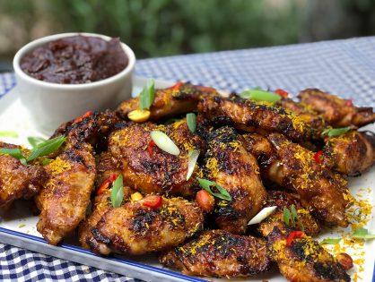 Indische kippenvleugels van de bbq: ajam ketjap