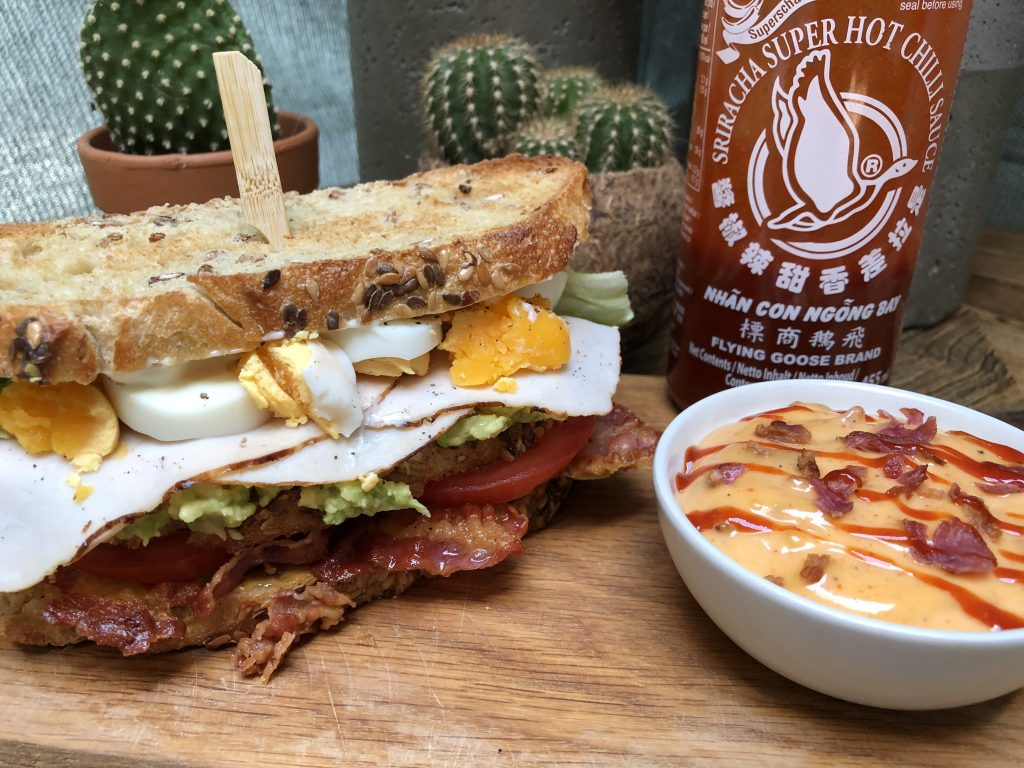 recept club sandwich met kipfilet, bacon, avocado, ei en pittige sriracha mayonaise