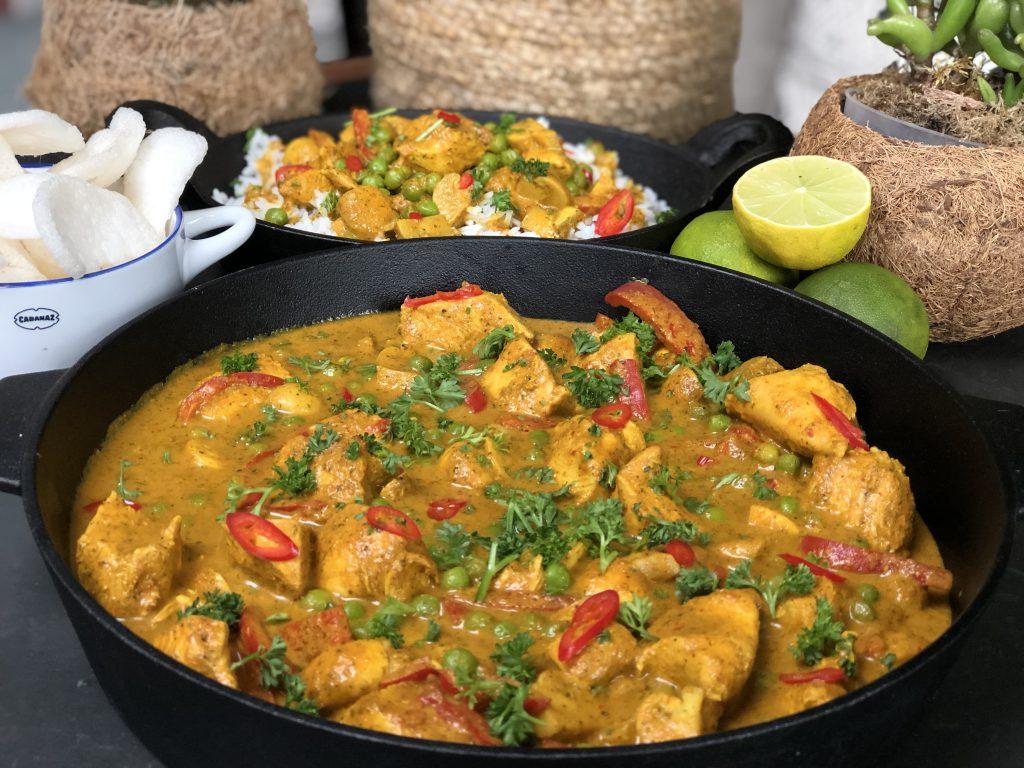 recept pittige kip in kokosmelk met groenten en rijst.