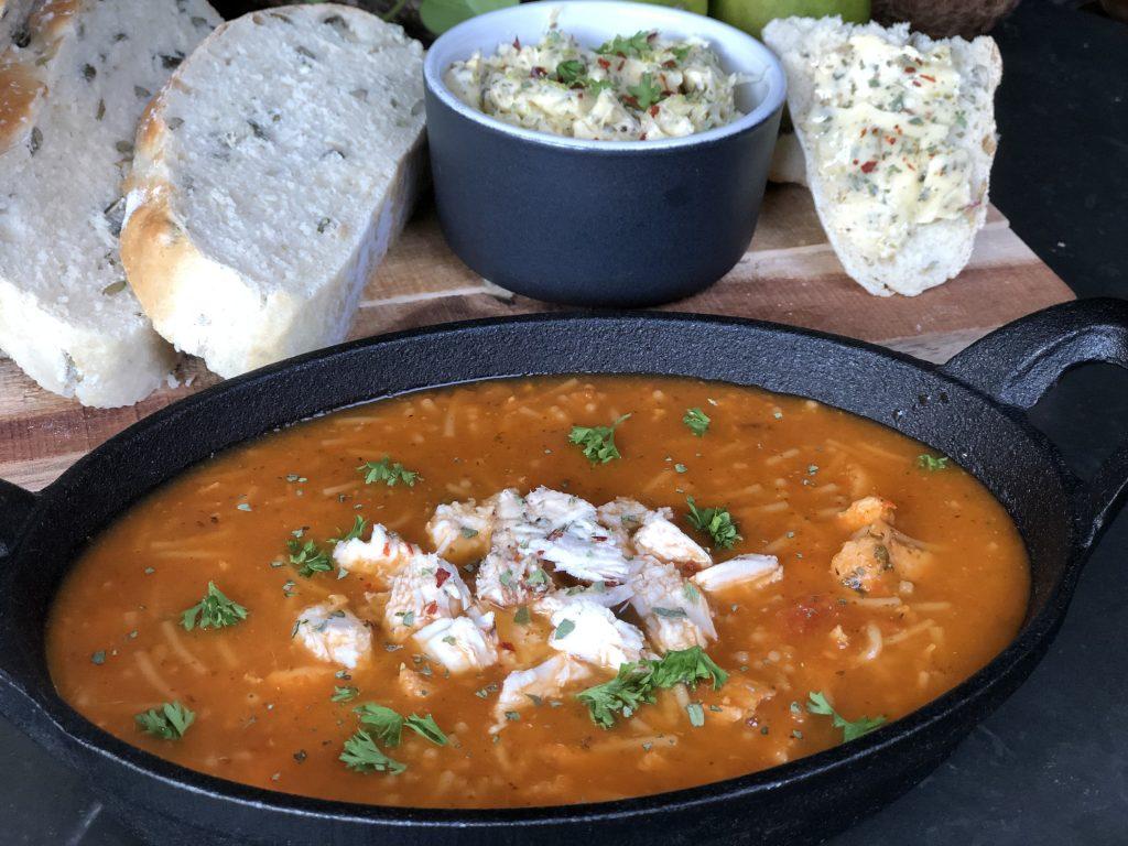 recept tomatensoep maken met geroosterde tomaten, uien, knoflook en specerijen.