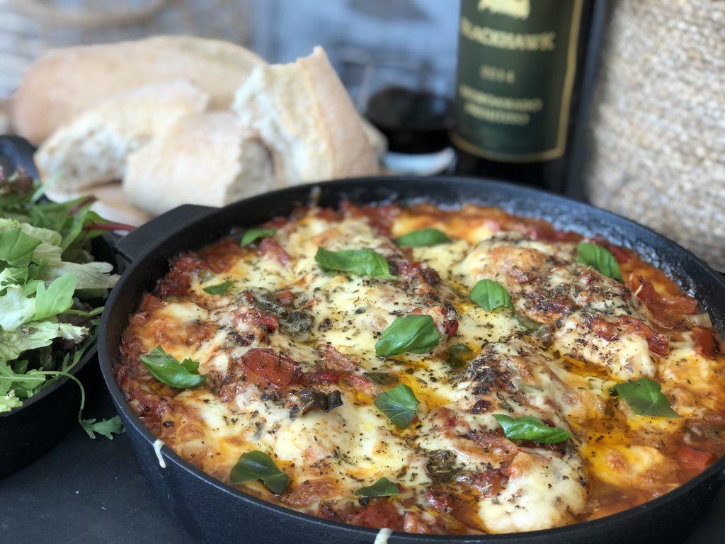 recept kip in pittige tomatensaus met Italiaanse groenten, verse salade en ciabatta.