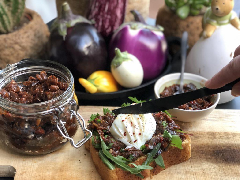paasontbijt met brioche brood, kruidige aubergine chutney met tomaat en een gepocheerd ei