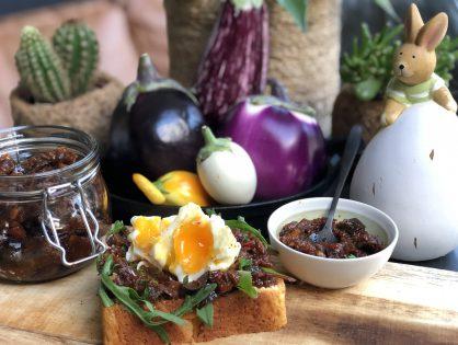brioche met aubergine chutney en gepocheerd ei