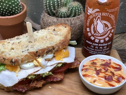 club sandwich met kipfilet, spek en sriracha mayo