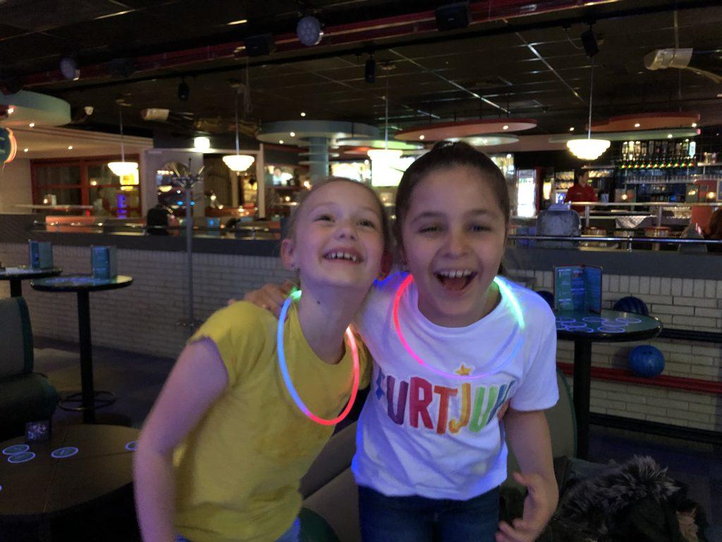 Amaranthe en Farah hebben dikke pret bij het disco bowlen