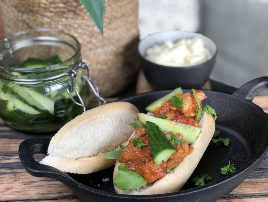 broodje ajam pedis met komkommer in zuur