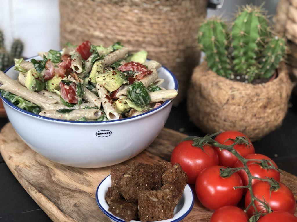 recept volkoren pastasalade met avocado,tomaat,spek en pittige broodcroutons maken