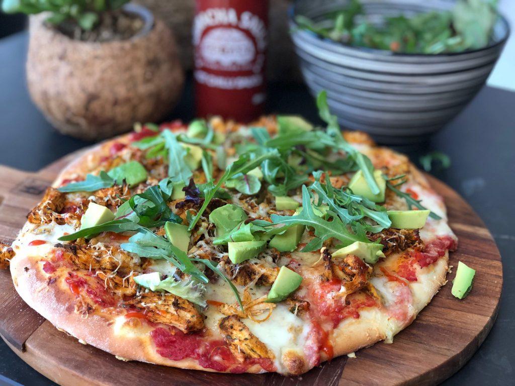 pizza met hete kip en avocado
