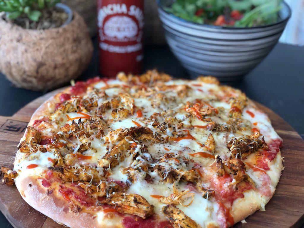 recept pizza met hete sriracha kip