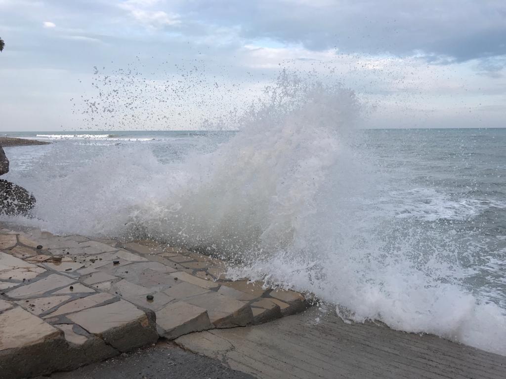 Ruwe Middellandse zee in Spanje