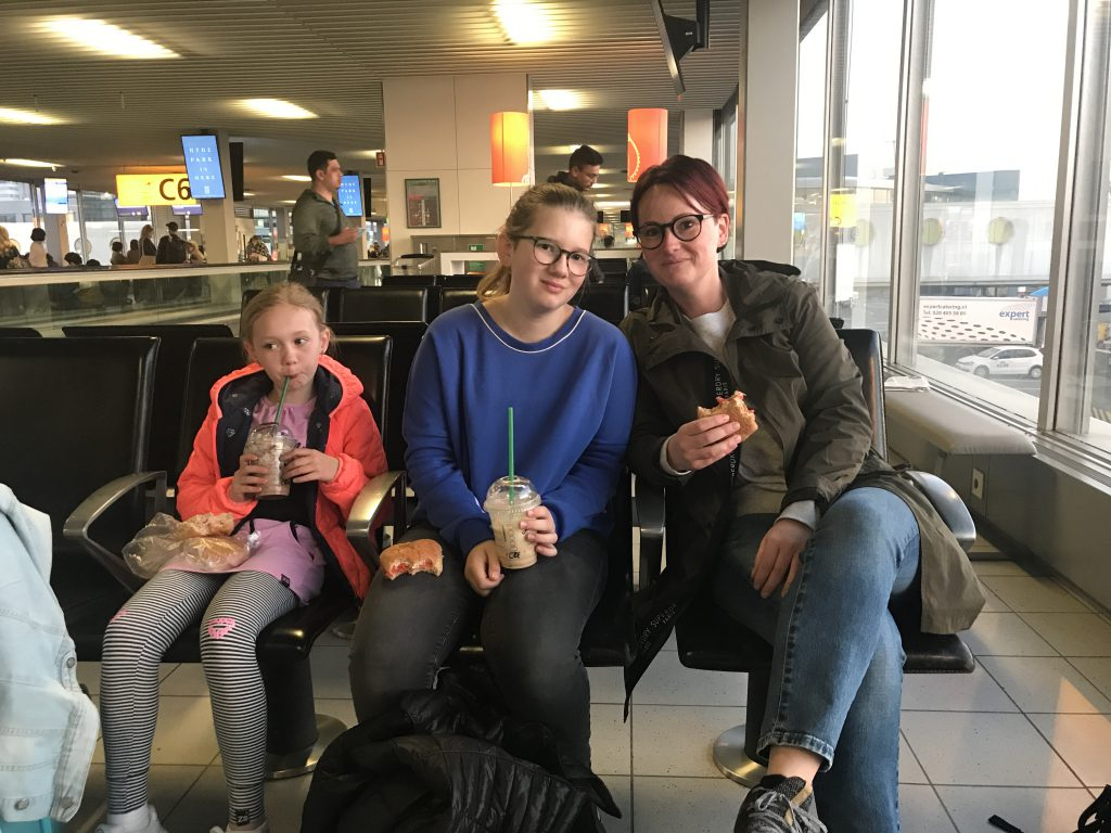 wachten op Schiphol tot ons vliegtuig komt om ons naar Spanje te brengen.