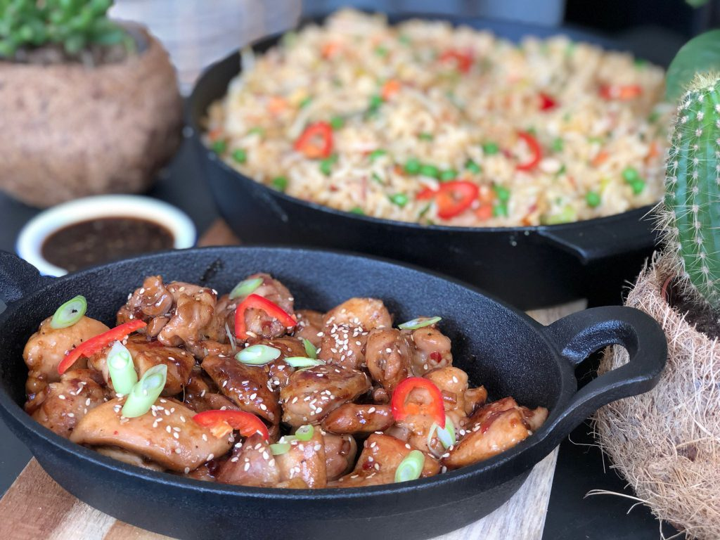 kleverig kip in zelfgemaakte teriyaki saus geserveerd bij kruidige nasi