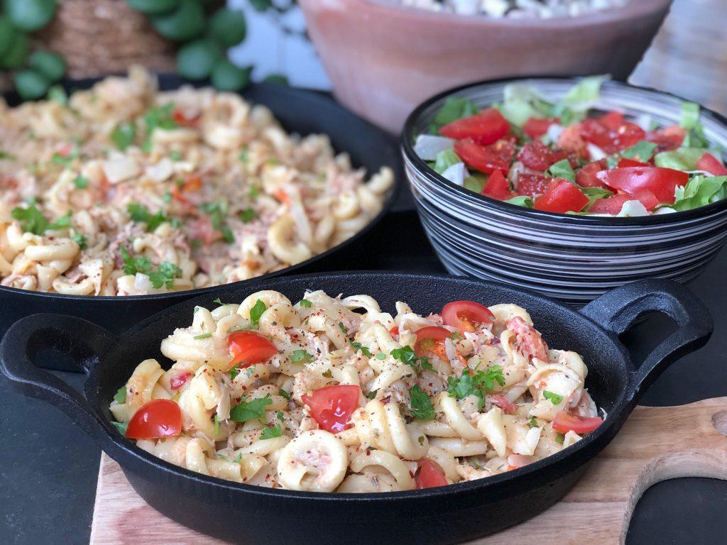 recept pasta met tonijn roomsaus, tomaat en een frisse andijvie salade