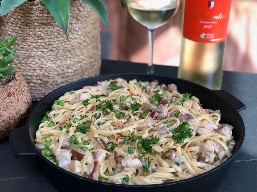 recept romige kip met pasta, aubergine en doperwten