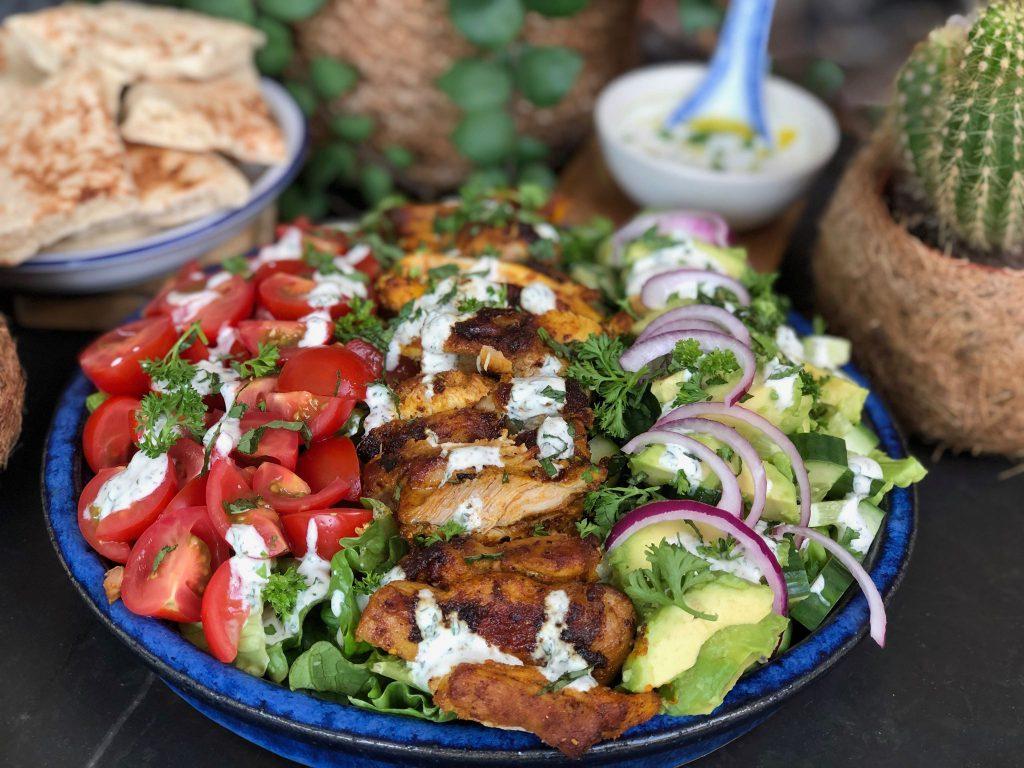 recept gezonde zomerse salade met kip shoarma en frisse dressing
