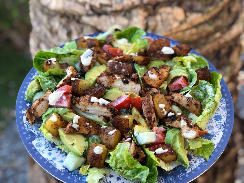 recept zomer salade met kip, gebakken aardappeltjes, avocado en een frisse dressing.