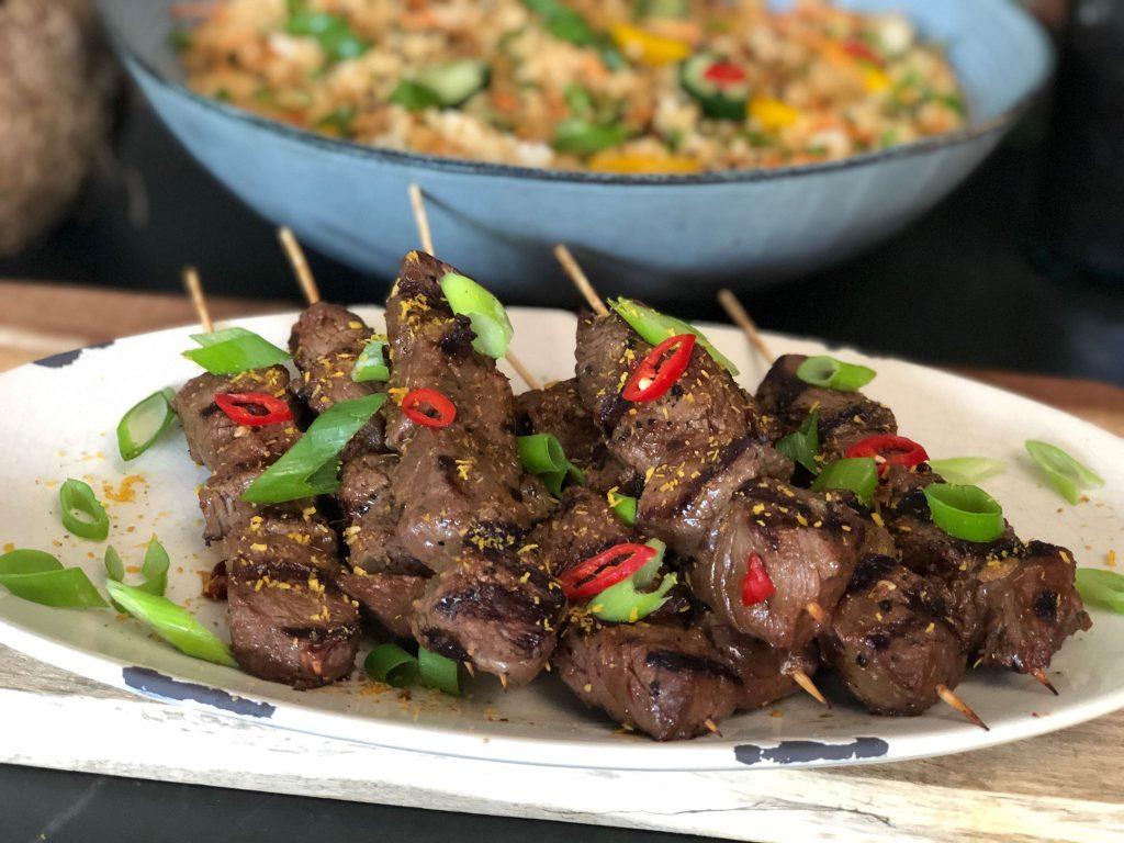 recept Aziatische biefstuk spiesjes met rijstsalade