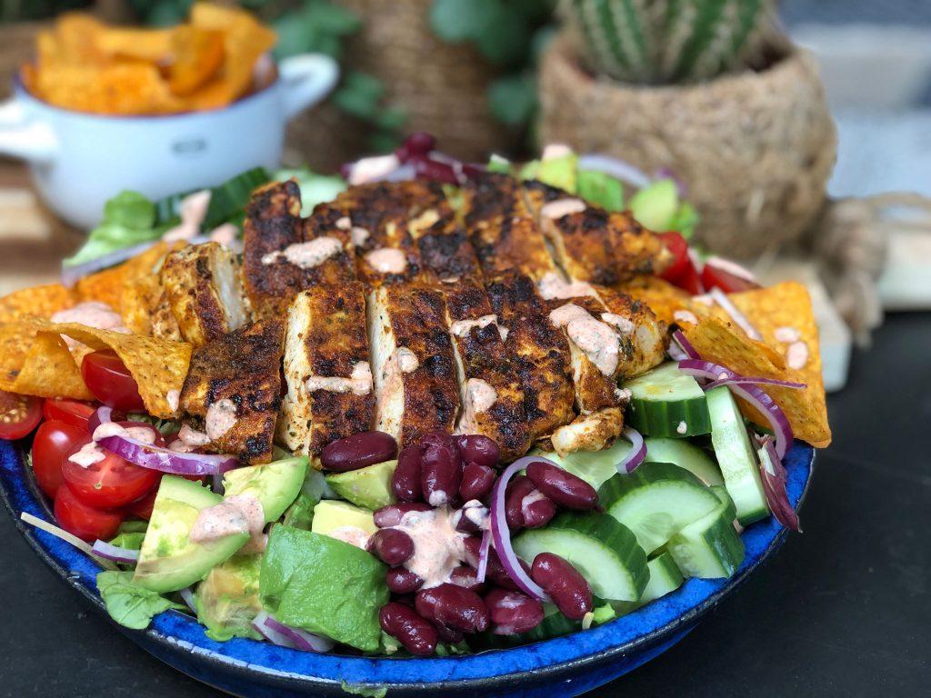 recept gezonde Mexicaanse salade met gegrilde kip, tortillachips en bonen