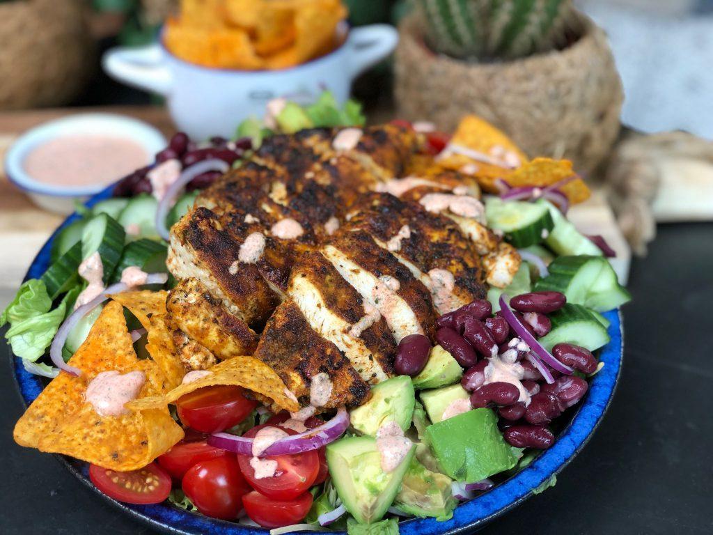 recept gezonde Mexicaanse salade met gegrilde kip, tortillachips, kidneybonen en avocado