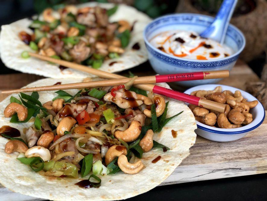 Pittige Chinese kip wraps met cashewnoten