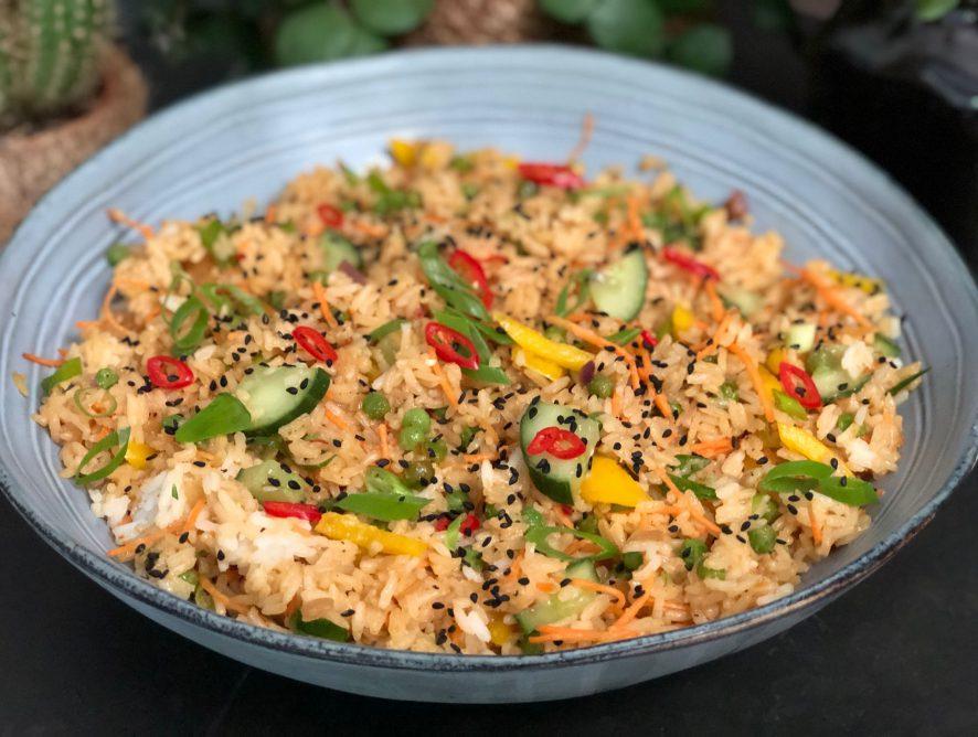 rijstsalade met doperwten, paprika en komkommer