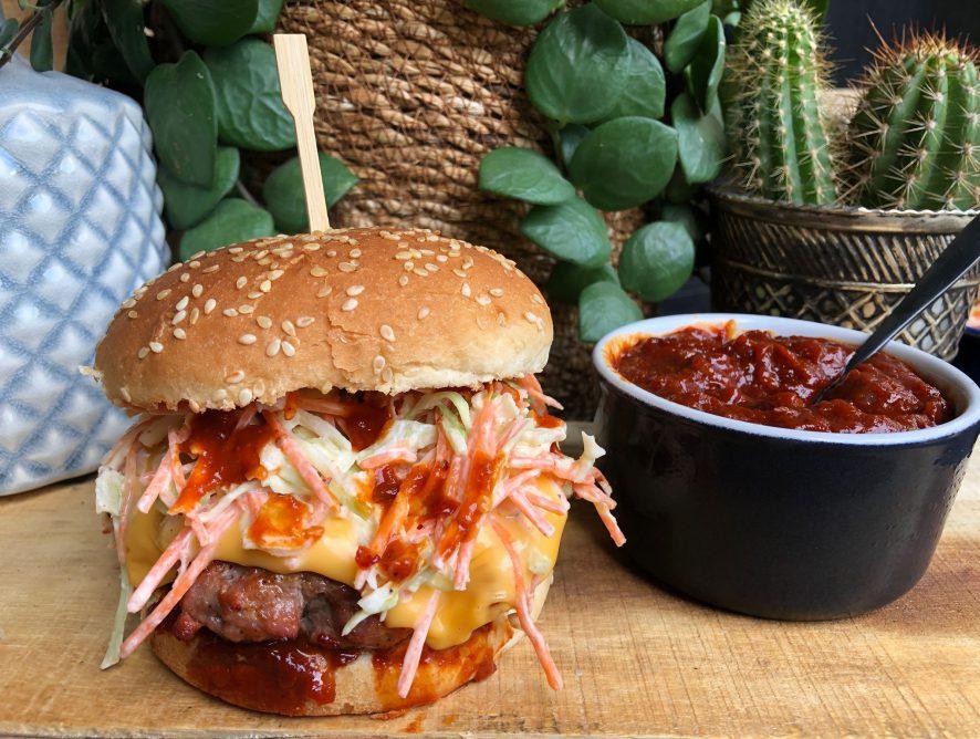 Amerikaanse hamburger met bbq saus
