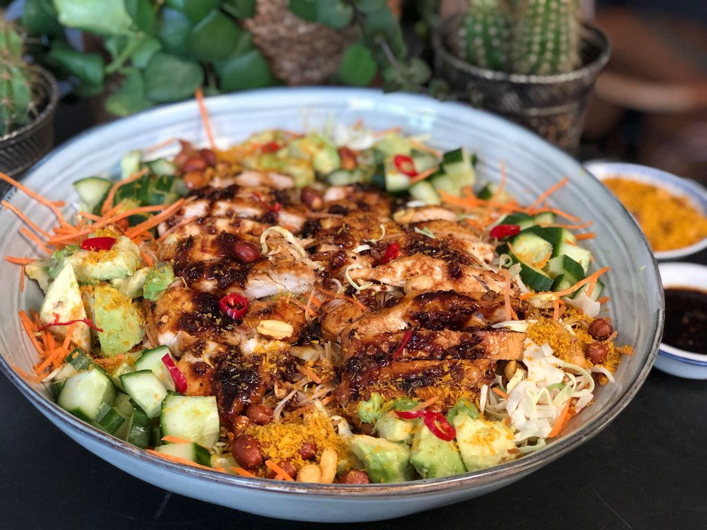 Thaise noedelsalade met zoet pittige kip en seroendeng recept