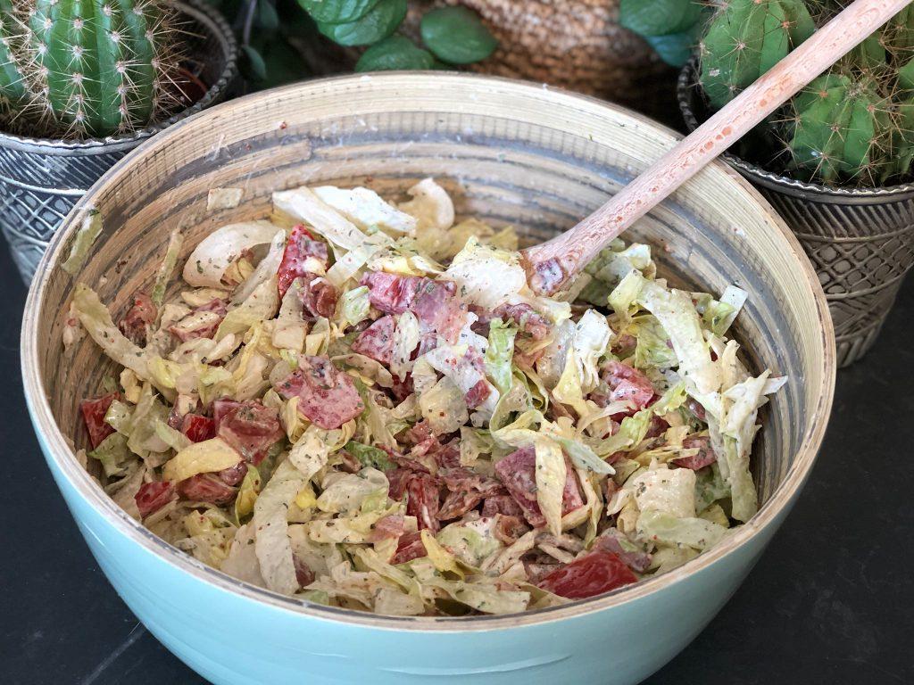 salade met ijsbergsla, tomaat en krokant gebakken spek