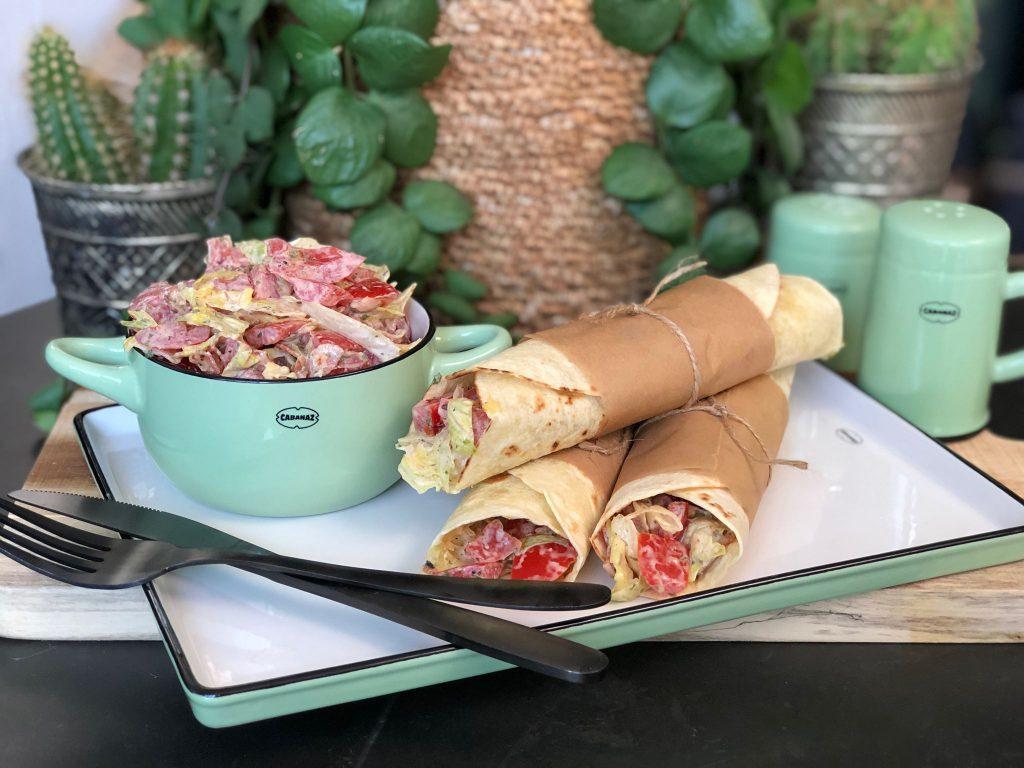 recept blt wraps met spek, ijsbergsla, tomaat en een kruidige yoghurtdressing